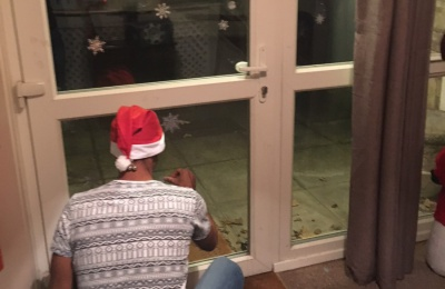 Diagrama Foundation: One of the Cabrini House residents putting snow flakes on the window.