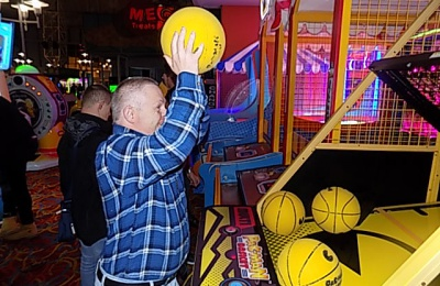 Diagrama Foundation: One of the Cabrini House residents shoots some hoops in the arcade during their holiday to Butlins