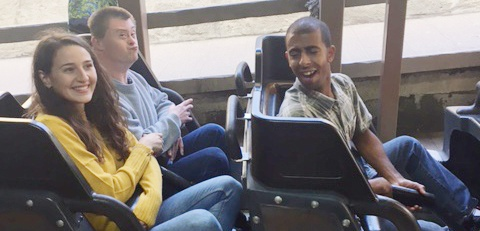 Diagrama Foundation: Residents from Cabrini House enjoy a day trip to Chessington