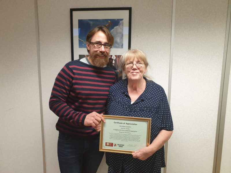 Diagrama Maureen Walby receiving certificate of thanks